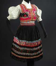 Ábelová, Slovakia Tribal Costume, Tribal Dress, Folk Costume, Folk Fashion, Ethnic Fashion, Fashion Art, Female Marines, Women Marines, Folklore
