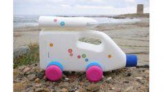 Fabrica coches y camiones con botellas de plástico