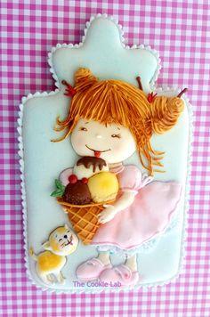 A coloured royal icing decorated cookie The Cookie Lab - Bolachas Decoradas Artesanais
