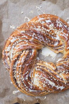 Veganer Hefezopf mit Nussfüllung Delicious, vegan yeast cake with nut filling – a treat for every occasion! Super easy to bake and beautiful to look at. Recipe on Healthy On Green. Healthy Sweets, Healthy Baking, Sweet Recipes, Vegan Recipes, Cake Vegan, Vegetarian Lifestyle, Vegan Treats, Going Vegan, Cake