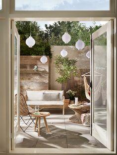 Dit willen we: loungen in een hangmat, een wijntje drinken op het terras of kijken naar het laatste streepje zonlicht. Maar vóórdat het Grote Genieten kan beginnen moet de tuin worden aangepakt. Dat doe je met deze tuintrends.