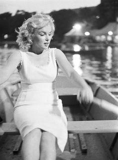 NYの地下鉄の駅構内でマリリン・モンローさんの写真展、Marilyn in New York : ニューヨークの遊び方