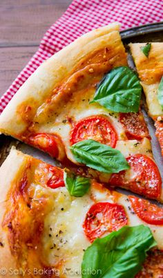 Sometimes you can't beat fresh, simple, and classic Margherita Pizza. This homemade pizza recipe hits the spot and is so easy to make! Pizza Recipes, Vegetarian Recipes, Cooking Recipes, Delicious Recipes, Easy Tomato Recipes, Tomato Ideas, Margherita Recipe, Margarita Pizza, Best Homemade Pizza