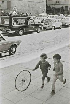 Henri Cartier-Bresson The joy of play takes children past a sombre message