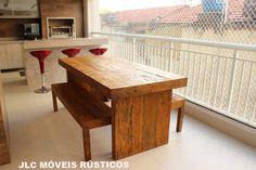 Mesa e bancos de madeira rústica.