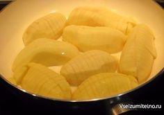 Вкуснейшая и простая жареная картошка.  Невероятно вкусный и простой рецепт картошки для праздничного стола! Готовить легко и просто, а получается великолепно - сытно, ароматно, вкусно-превкусно. Мне к такому блюду и мяса не нужно - оно какое-то самодостаточное получается, так как обязательный соус из сметаны с зеленью и чесноком отменно сочетается к картошкой. При желании соус можно подавать отдельно, а можно и сразу полить картошку - так она лучше пропитывается и вообще не оторваться - мы…