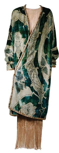 Vintage Fashion Mariano Fortuny vintage fashion designer green coat dress evening wear velvet - Post with 1384 views. Vintage Outfits, Vintage Dresses, Vintage Fashion, Fashion 1920s, 20s Inspired Fashion, 1920s Fashion Dresses, 1920 Style, Retro Mode, Vintage Mode