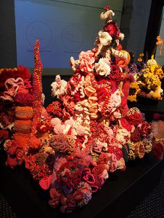 The lighting on this display looks like the sun shining through the water on 'real' coral. some yarns light up like fluro lights. Red And Pink, Sea, Yellow, Crochet, Fall, Autumn, Fall Season, The Ocean, Ganchillo