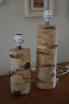 Houten lampen [ set Berkenhout ] Twee tafellampen gemaakt van Berkenhout. Lampen zijn voorzien van snoer met schakelaar. Maten zonder kap: 42 & 32 cm.