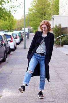 Streifen Shirt, H&M, Ripped Jeans stylen, Levi's 501 ct, Jeans, adidas, Sneaker, Trenchcoat, Trend, Frühling, Streifen, blonde Haare, helle Haut, Influencer, Deutschland, Berlin, Streetstyle, Mode Blog, Modeblog, Advance Your Style, advanceyourstyle