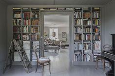 Äntligen är tak, bokhylla, lister, väggar och fönsternischar färdigmålade, phiew… Alltså bara att plocka ur alla böcker tog några timmar, och sen idag när färgen torkat så skulle allt tillbaka igen, vips där försvann ett par timmar till. Nu ska här inredas men jag ska måla klart hallen först tänkte jag och låta detta rum få …