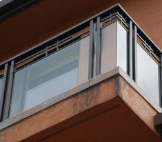 Balcony Glass Design, Glass Balcony Railing, Outdoor Stair Railing, Balcony Grill Design, Modern Stair Railing, Balcony Railing Design, Deck Stairs, Modern Stairs, Steel Railing Design
