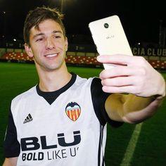 """13.1 mil Me gusta, 59 comentarios - Valencia CF (@valenciacf) en Instagram: """"¡No podía faltar! ☺️☝️ @lucianovietto ya tiene su selfie @bluproducts.spain . #VCFBLU #SomVietto…"""""""
