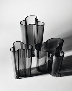Iittala's Aalto vase is an organically shaped icon of Finnish design and glasswork. Alvar Aalto created the Aalto vase in different sizes and colours for the World Fair in Paris in Arne Jacobsen, Alvar Aalto Vase, Ikebana, Design Movements, Selling Furniture, Grey Glass, Light And Shadow, Helsinki, Flower Vases