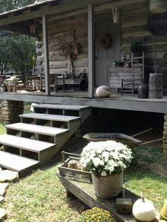 creative rustic farmhouse front porch decorating ideas to get unique look in fall page 56 Old Cabins, Log Cabin Homes, Cabins And Cottages, Cabins In The Woods, Cabin Porches, Farmhouse Front Porches, Rustic Farmhouse, Country Porches, Rustic Porches