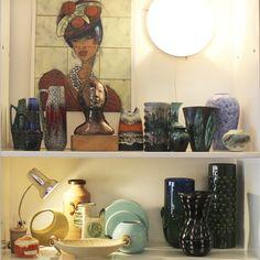 Baiana pintada em azulejos e vasos em cerâmica, 1960.   Bahiana woman painted on tiles and ceramic vases, 1960s.  #lojateo #designbrasileiro #braziliandesign #modernariato #modernistdesign #midcenturydesign #anos60 #1960s #decor #decoracao #interiordesign #ceramica #ceramics #azulejos #azulejosdecorados #tiles #tileart