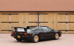 Deze Lamborghini Jalpa 3.5 Targa uit 1987 in sinister zwart met goudkleurige velgen wordt te koop aangeboden door Silverstone Auctions. Volgens de verkoper