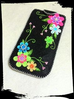 Felt phone case …                                                                                                                                                                                 Mais