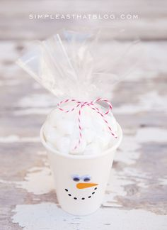 Simple Christmas Treat Cups - quick and inexpensive fun for the kids this holiday season! These cute cups are perfect for party favours, classroom treats and double as an easy holiday craft!