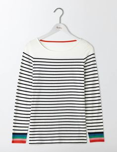 On an average day, you can find roughly 83% of Boden staffers wearing something stripy. Well, nothing beats a classic. This long-sleeved Breton is made from supersoft cotton and is THE wardrobe must-have.
