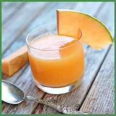 Un centrifugato a base di carote, melone e pesche, ci regala il pieno di sali minerali e vitamina C; inoltre i frutti gialli e arancioni sono ricchi di beta-carotene, che aiuta a fissare l'abbronzatura.  Ingredienti: - 3 carote - 2 fette di melone - 1 pesca gialla  #farmaciaallamadonna #farmacia #mestre #centrifugato #estate #abbronzatura