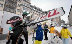 Der Ski-Betrieb - hier passieren einige Skifahrer das bereits eingezäunte VIP-Hotel Seehof - geht in Davos auch während des WEF-Jahrestreffens in Davos weiter. Allerdings mit angezogener Handbremse.  Copyright: swiss-image.ch/Andy Mettler