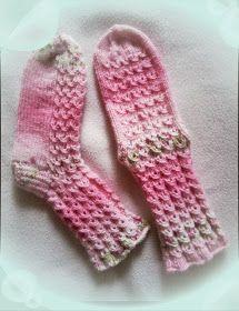 Arkimamman Arkiralli: Mummi puikoissa Knitting Socks, Hand Knitting, Knit Socks, Crochet Slippers, Knit Crochet, Boot Cuffs, Yarn Colors, Sock Shoes, Knitting Projects