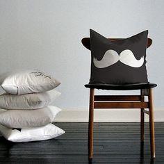 Capa para Almofada Moustache Preta/Branca Poliéster (40x40cm) - Haus For Fun