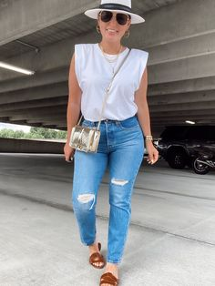 5 WAYS TO WEAR LEVI'S WEDGIE JEANS FOR SUMMER | THE RULE OF 5 Style Outfits, Curvy Girl Outfits, Casual Summer Outfits, Classy Outfits, Fashion Outfits, Womens Fashion Casual Summer, Curvy Fashion, Look Fashion, Nerd Fashion