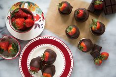 How do you make chocolate dipped strawberries better? Attach it to a cheesecake, of course! This strawberry cheesecake is sure to win over any Valentine! Mini Strawberry Cheesecake, Strawberry Dip, Individual Cheesecakes, Mini Cheesecakes, Fun Desserts, Dessert Recipes, Chocolate Dipped Strawberries, Chocolate Cheese, Food Tasting