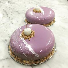 The purple envy. Mirror Glaze Recipe, Mirror Glaze Cake, Pretty Cakes, Beautiful Cakes, Mini Chocolate Desserts, Single Layer Cakes, Purple Cakes, Pastry Art, Marble Cake