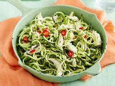 Zucchininudeln mit Rucola-Pesto und Hähnchenbrust Rezept