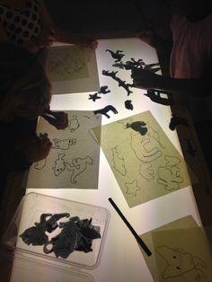 Resseguint a la taula de llum. Escola dels encants Reggio Emilia, Sensory Activities, Classroom Activities, Dinosaur Light, Sensory Equipment, Dinosaurs Preschool, Light Board, Teaching Style, Soft Play