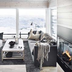 Gi hytta en lys og oppdatert stil med naturlige materialer og en sober fargepalett.