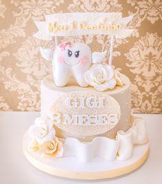 Comemorando uma das fases mais lindinhas do sorriso de um bebê ☺️ . O 1º dentinho!! Viva a Gigi!!✨ Decor inspirada no vestido da princesinha! . #meuprimeirodentinho #babycake #festainfantil #doceriacuiaba #confeitariacuiaba #mesversarioateliedoacucar #mesversario #festaemcasa #mensario #bolosateliedoacucar Cupcake Smash Cakes, Cupcake Toppers, Dental Cake, Doctor Cake, Tooth Cake, Baby Images, First Tooth, Girl Cakes, Cake Tutorial