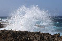 LB05: De Arubaanse noordkust is ruig en prachtig. Ik kan uren kijken naar hoe het turquoise zeewater tegen de rotsen aan beukt; een spectaculair gezicht.