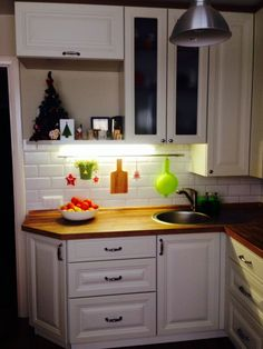 Решение: удлиненные по высоте навесные шкафы в углу Micro Kitchen, New Kitchen, Kitchen Decor, Small Basement Apartments, Le Logis, Basement Makeover, Little Kitchen, Minimalist Kitchen, Beautiful Kitchens