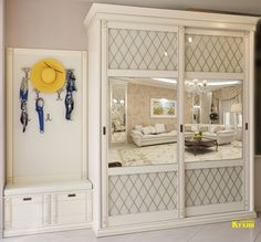 """Красивый шкаф-купе для прихожей с дверями, выполненными в технике тиффани лайт """"Ромбы"""", панелью для крючков и мягким сиденьем для обувания."""
