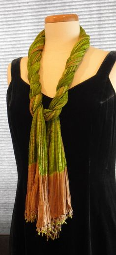 Scarf Styling for Long Oblong Scarves ~ Two Ways Lady Violette Likes to Wear an Oblong Scarf ~ Simply Looped and Draped & in a Dramatic Double Side Wrap Style for a Long Scarf How To Tie Scarves, Tie A Scarf, Scarf Knots, Diy Scarf, Diy Fashion Scarf, Scarf Ideas, How To Wear Pashmina, Blanket Scarf, Silk Scarves