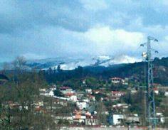 Boa tarde :) NEVE!!!!!!  Hoje acordamos com o cume das montanhas de Arcos de #Valdevez pintados de branco. Estão garantidas mil brincadeiras no fim de semana que se aproxima a passos largos. E paisagens com a beleza extra da neve branca a pintar a serra - http://ift.tt/1MZR1pw -