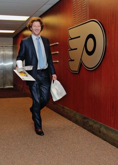 Hartnell arriving at the Wells Fargo Center. Rugby Players, Team Player, Scott Hartnell, Casual Clothes, Casual Outfits, Wells Fargo Center, Flyers Hockey, Philadelphia Flyers, Bullies