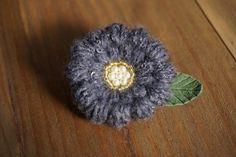 ぷっくりと咲くお花がひとつ。丸みと厚みのあるお花に編み上げました、ブローチです。さりげなく革製の葉っぱが見えるのが素敵ですよ!スパンコール付きの毛糸で編みあげ...|ハンドメイド、手作り、手仕事品の通販・販売・購入ならCreema。