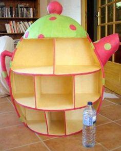 Voici les photos d'une de mes créations en carton les plus originales : une théière géante ! Cette théière rose et verte à pois est en fait un meuble d'exposition pour sachets de thé et tisanes réalisé pour la boutique Louli des bois à Brest. A la base...toujours... Cardboard Recycling, Cardboard Cartons, Cardboard Storage, Cardboard Box Crafts, Cardboard Toys, Diy Furniture Making, Diy Cardboard Furniture, Funky Furniture, Kids Furniture