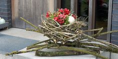 Muttertag: Geschenk mit Herz selber machen Welcome your guests with this pretty Spring Nest arrangement!Welcome your guests with this pretty Spring Nest arrangement! Easter Table, Easter Eggs, Easter Garden, Deco Nature, Deco Floral, Easter Wreaths, Easter Crafts, Flower Decorations, Floral Arrangements