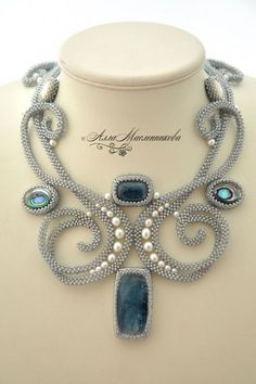 Lovely graceful lines, beautiful beaded necklace! Seed Bead Jewelry, Beaded Jewelry, Handmade Jewelry, Beaded Necklace, Beaded Bracelets, Necklaces, Jewelry Crafts, Jewelry Art, Jewelry Design