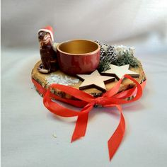 Die selbst modellierte Katzenminiatur steht auf einer Holzscheibe, welche mit einem Teelichthalter, sowie Moos, kleinen Dekoelementen und einem Satinband verziert ist. Napkin Rings, Etsy, Home Decor, Wood Rounds, Miniature, Hang In There, Christmas, Dekoration, Decoration Home