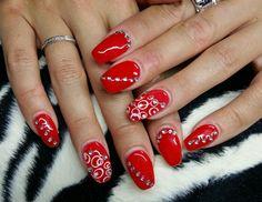 rote Gelnägel, dekoriert mit Glitzersteinen