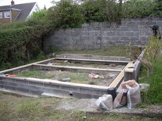 shed base - uneven ground levelled using concrete strip foundations. Sole plate from treated timber with damp proof membrane. Shed Plans 8x10, Free Shed Plans, Backyard Storage Sheds, Shed Storage, Shed Base, Firewood Shed, Garage Shed, Garage Office