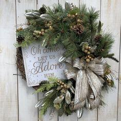 Front Door Christmas Decorations, Christmas Front Doors, Christmas Swags, Handmade Christmas Decorations, Elegant Christmas, Holiday Wreaths, Wreaths For Front Door, Christmas Holidays, Christmas Planters