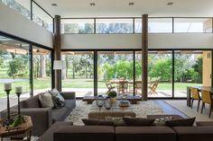 Más allá de la conmoción de la ciudad, el entorno verde del valle de Sopó crea un escenario adecuado para una casa pensada para reunir a una pareja y sus t